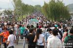 西湖国庆首日迎客66.22万 断桥游客挤成一锅粥