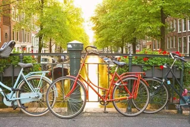 据报道,北京街头已经有20多万辆共享单车,五颜六色的,已经成为一道风景线。