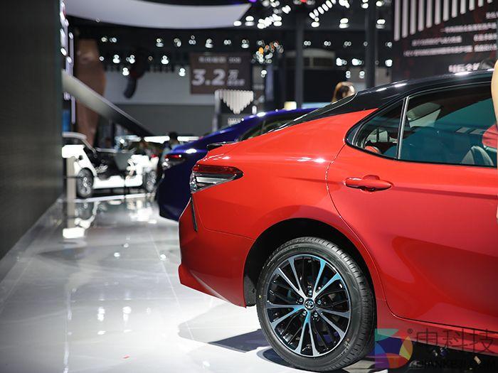 第八代丰田凯美瑞广州车展实拍外观激进对标十代雅阁