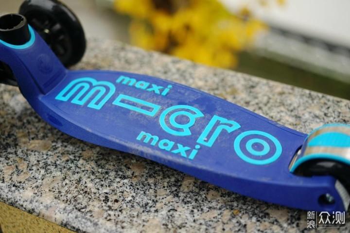 从背面的结构不难看出实际滑板车的踏板有两部分组成,pp骨架加塑胶.图片