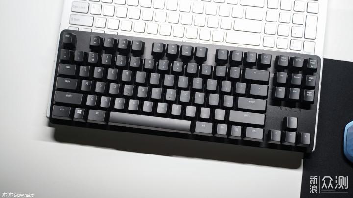 作为雷蛇推出的办公键盘,自出生起就自带游戏属性,当作生产力工具使用时,可以提供舒适的触感、合适的力回馈、不错的静音效果;当作游戏键盘使用时,1000HZ回报率和即时触发技术又能提供更快的响应,可以说是一款文武兼备的键盘了。 优点: 1、外观低调沉稳,手感舒适,且提供O型静音圈可进一步降低噪音。 2、重量轻,体积小巧,很适合移动办公使用。 缺点: 1、针对办公环境,如果能提供带数字键盘的全尺寸键盘想必会得到更多人的青睐。 2、类肤质涂层在带来好手感的同时也容易磨损打油。 3、拔键器实在有点次,如果能送个钢丝