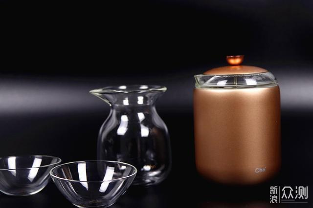 优点:购买茶密T-master大师壶可谓是一箭双雕,既拥有了称手的茶具,同时还相当于购买了茶师。茶密T-master大师壶让我们在家、在单位亦或者出门旅游都能够喝上一口色香味俱全的茶水,这款产品的售价为1699元,而且买茶壶送茶叶。 缺点:作为茶壶似乎少了点可洗性(消毒),一般在饮茶之前都会用刚刚烧开的水冲冲茶具,茶密T-master大师壶的防水性能也不错,可以随便的冲洗,但是不能浸泡;另外缺少茶叶用量控制功能,很多人都不知道该放多少茶叶才合适;语音提醒偶尔会失灵;售价略高一些。