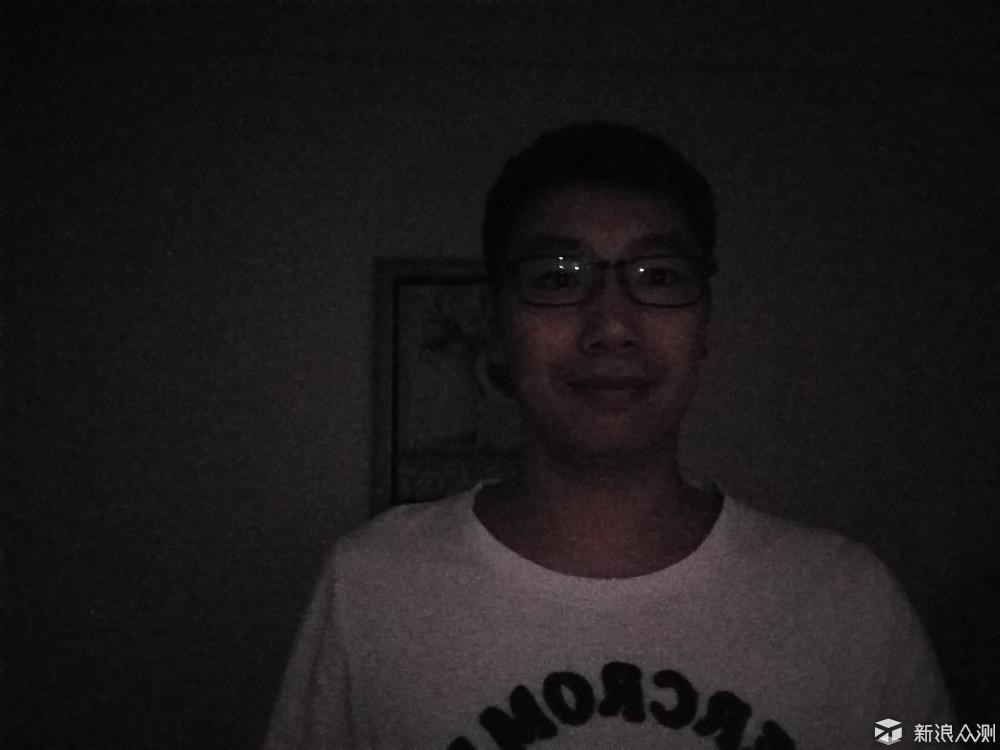 黑暗房间中非柔光灯自拍效果