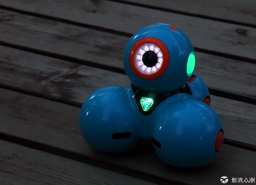 今年,人工智能大热,各种智能化产品及服务不断涌现,针对孩子的各种培训课程也星星之火呈燎原之势,女儿也去上了几堂机器人编程的课,兴趣盎然。 由新浪众测提供的Wonder智能机器人试用,是美国编程机器人公司奇幻工房(Wonder Workshop)的杰作,专为孩子设计的编程教育机器人,能满足5岁到10/11岁孩子需求的机器人。通过直观有趣的APP控制,让他们在游戏的过程中学习编程,体验编程的乐趣。今年7月底,奇幻工房宣布获得2000万美元投资,并正式为Dash和Dot注册中文名字为达奇、达达(下文将以中文名进