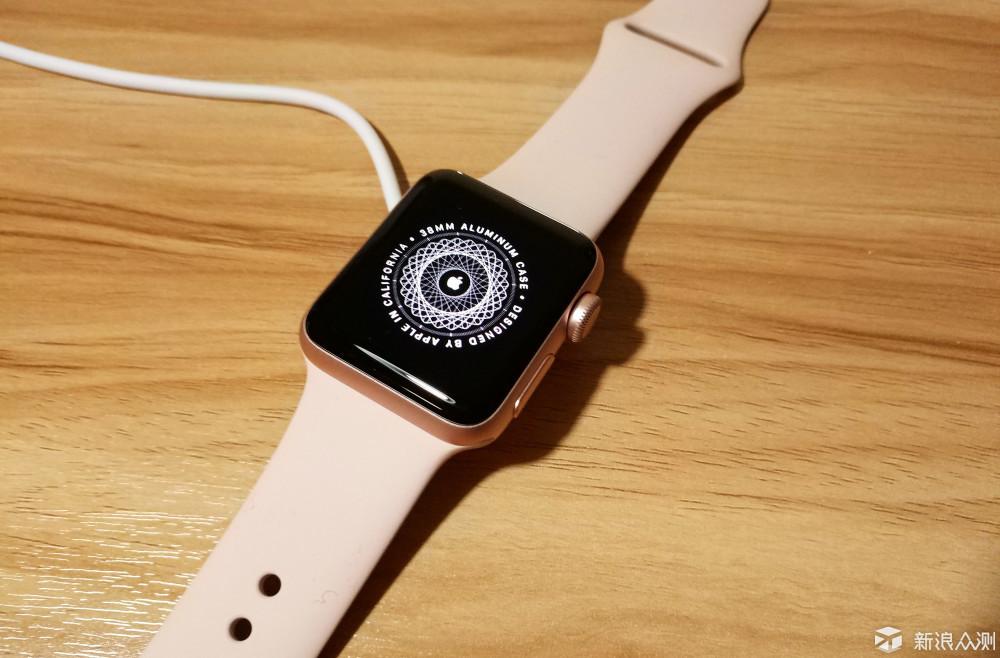 这段时间实际体验下来,Apple Watch Series 2给我的感觉就是确实更加完善与独立了,不再像一代那样严重依赖iPhone来使用,仅新添加的GPS与50米防水这两项就能轻松实现一代时不能完成的项目,手表与手机的完美结合与互补性使得日常的许多工作不再那么繁琐,这带来的不仅仅是使某一个环节的步骤更简便,更是快速的工作效率带来的那份爽快。 但是这块表真的那么好吗?就没有缺点吗? 值不值得买? 首先如果你正好正在使用iPhone手机,而正好有购买智能手表的需求,那么我建议Apple watch是最佳