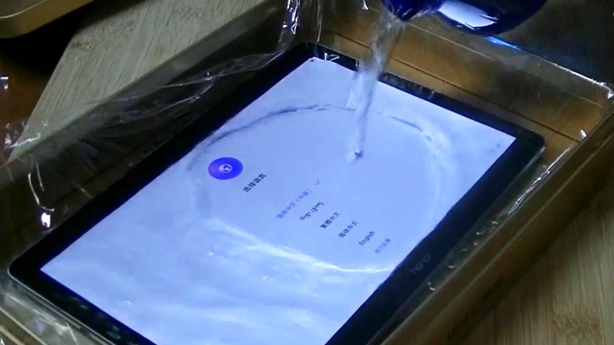 冻冰箱泡冰水 极限测试华为荣耀畅玩平板2