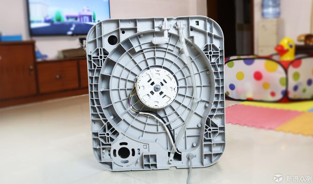 洗衣机背部,可以看到进水管以及出水管,底部还有电源接口,四个挂墙的