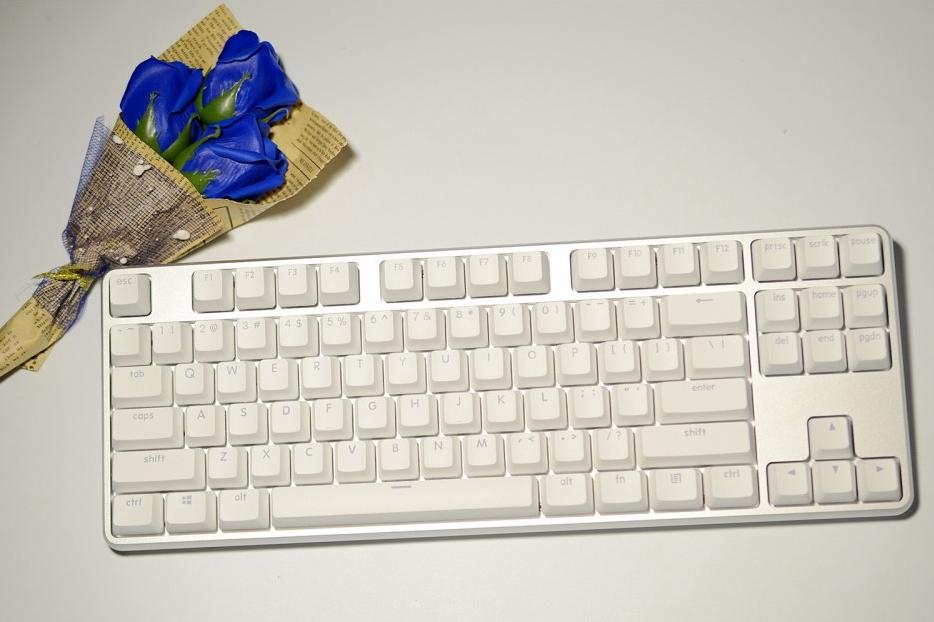 高颜值+信仰轴能否撑起悦米机械键盘Pro?