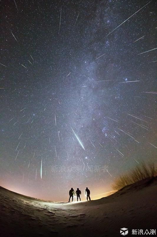 在北京密云拍摄的双子座。 郑志 摄 双子座(Gemini)在夜空中比较好找,最简单直观的方式就是先找到冬季星座的标志星座——猎户座,然后将参宿七(三星腰带的左上角)和参宿四(三星腰带的右下角)连线并延长约两倍距离,就能两颗视距不太远的一对亮星(相距仅约4.5°)是双子座的α星(北河二)和β星(北河三)了。 在西方古代神话中,双子座的哥哥卡斯托尔是斯巴达国国王的儿子,弟弟波吕克斯则是宙斯之子,故有不死身。二人从小一起长大,感情十分好。哥哥卡斯托尔死后,只