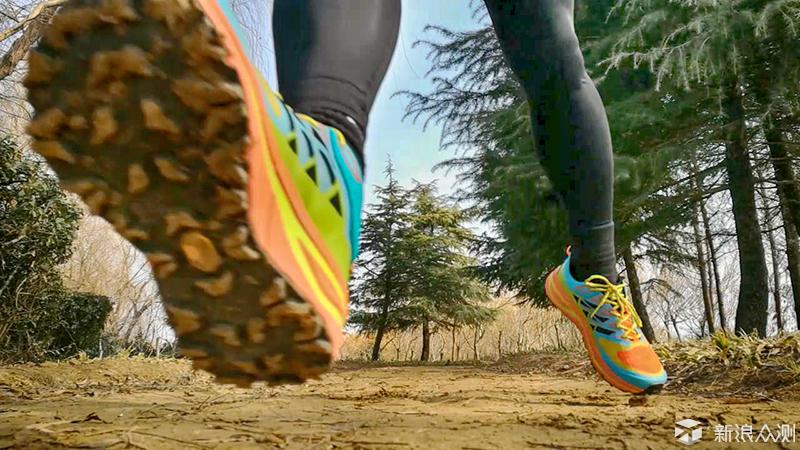 这双刻有双飞翼大底的跑鞋助我无惧沟壑_新浪众测