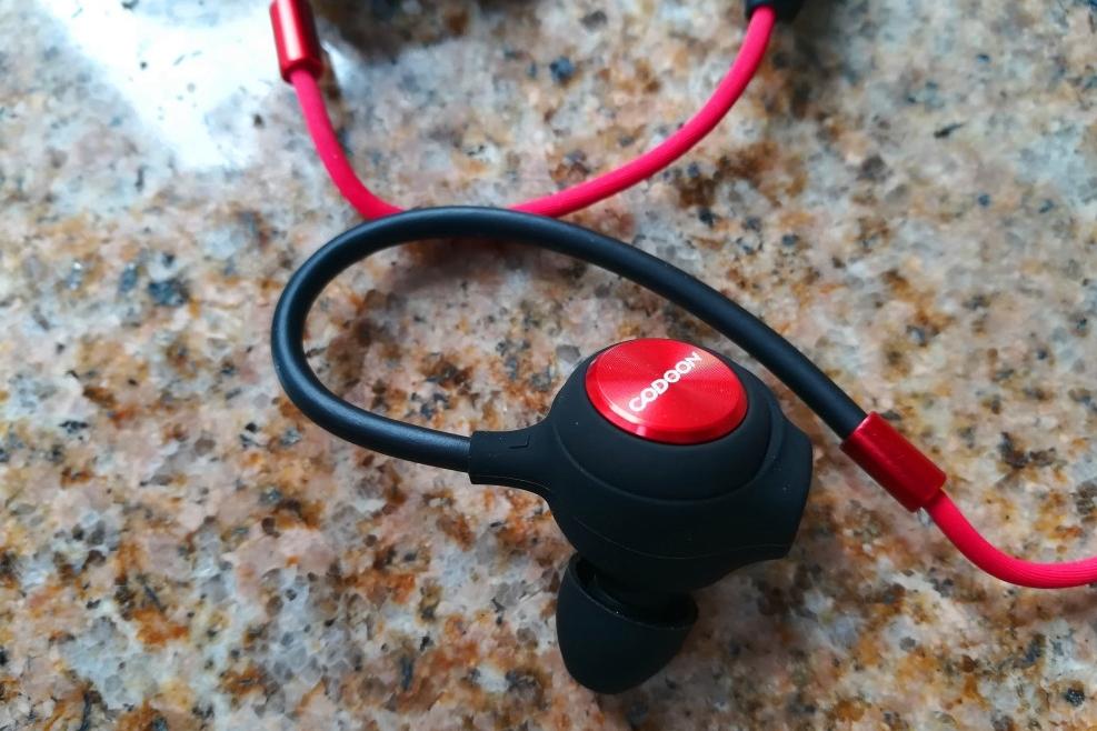 对于运动蓝牙耳机的音质,我一直都是抱着能听、没有破音、不刺耳轰头就行,不过iBFree2在这个价位上却让我感受到了1Moree在音质方面努力的硕果。从硬件上来看,iBFree2采用了7mm钛金符合振膜,圈铁单元设计,支持AAC蓝牙4.2,硬件基础已经满足了一个好音质的前提条件。为了确保音质测试的多环境性,我前段采用了山灵M3S、小米6,也拷贝给去到iBFree2内置存储中独立播放歌曲试听。iBFree2给我的感觉是调音偏中低频,中频表现不错,低音下潜有限,高音有一定的延展性,但不够好,不过贵在收放适当,没