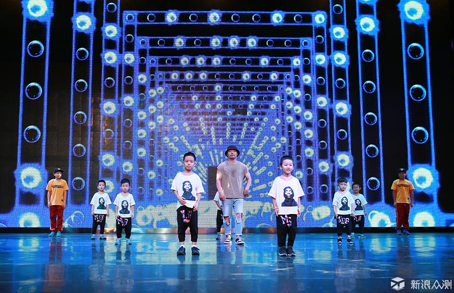 集体舞蹈拍摄的过程中,有适合很难兼顾所有的人,有些小朋友在动作的