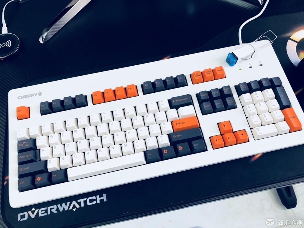 最近闲来无事,想起了很久没有折腾的键盘,用过的机械键盘不少,大多都是光污染的RGB背光机械键盘,审美疲劳逐渐愈发明显了,想着弄一把比较特别的键盘,于是开始了这次的键盘改造计划,首先入手键盘是要考虑手感的,目前市面上主流的手感较好的键盘轴提也就三家:Cherry、罗技、雷蛇,罗技、雷蛇推出的键盘多数自带背光以及炫酷的外壳,仍然是RGB光污染的风格,没有太大的改造空间,于是选来选去智能选择樱桃G80-3000LSCEU-0这把键盘,相信关注樱桃键盘的朋友都了解,这把键盘比较经典,改造空间也很大,选了机械手感很