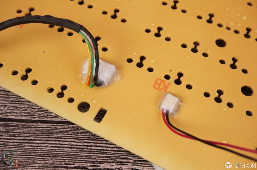 把机械键盘放到鱼缸里!细测雷柏V780防水效果_新浪众测