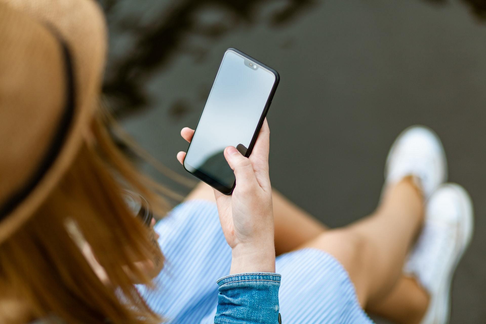 哪家会首发屏下摄像头手机?